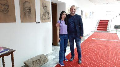 Photo of Ismajli viziton artisten gjilanase  Ronë Avdyli,  e cila është prezantuar me disa piktura dhe vizatime analitike po shkëlqen me talentin e saj